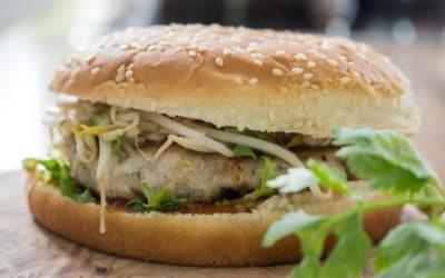 Asiatischer Geflügel-Burger mit Sprossen und Koriander