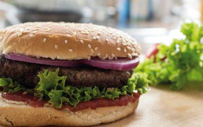 Klassischer Hamburger mit roten Zwiebeln
