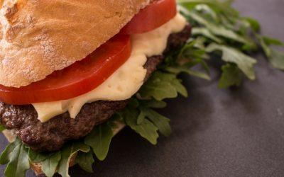 Burger Caprese mit Ruccola auf Ciabatta-Brötchen